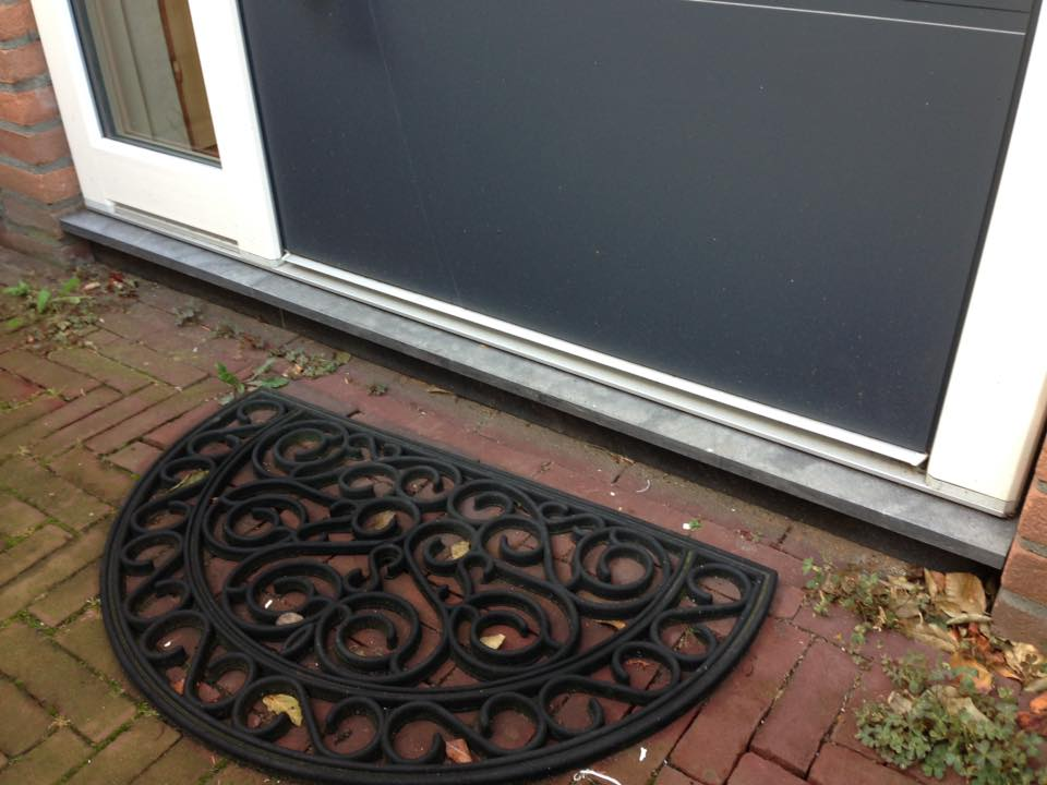 Gayko kunststof voordeur met sier paneel en RVS greep gemonteerd te Zeist.