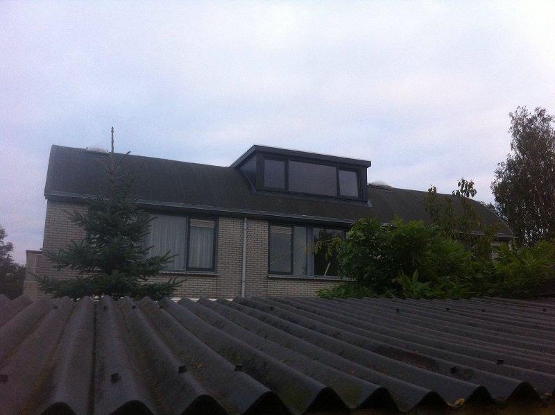 Traditionele dakkapel op rond dak te Utrecht.