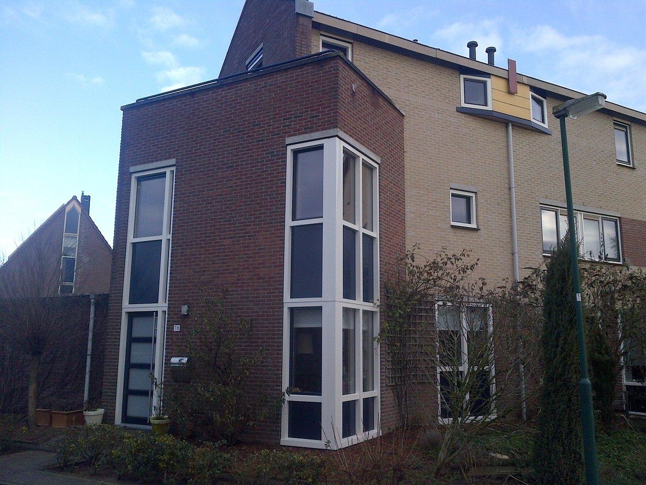 Traditionele dakkapel, deuren en kozijnen gemonteerd te Houten.
